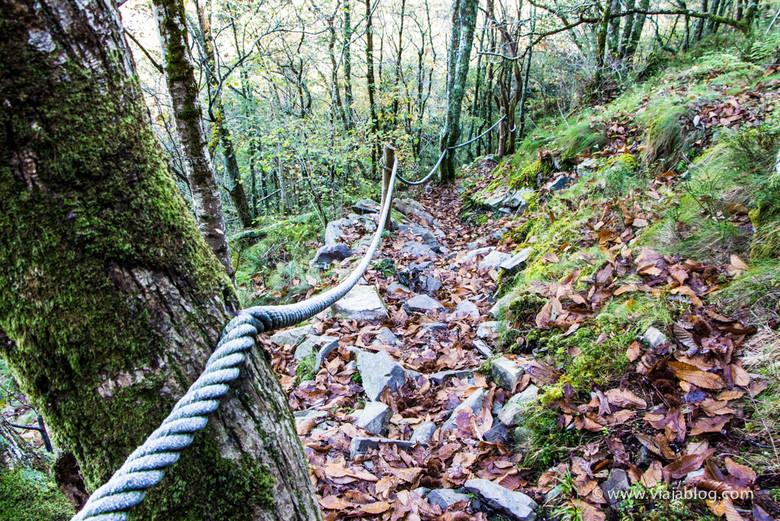 Pronunciada y pedregosa baja por la Ruta Cascadas del Cioyo en Asturias