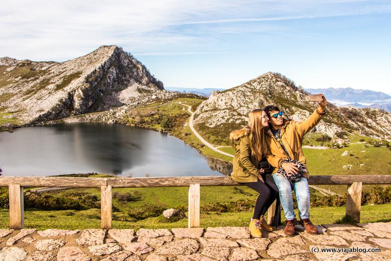 Lago Enol en los lagos de Covadonga en Asturias