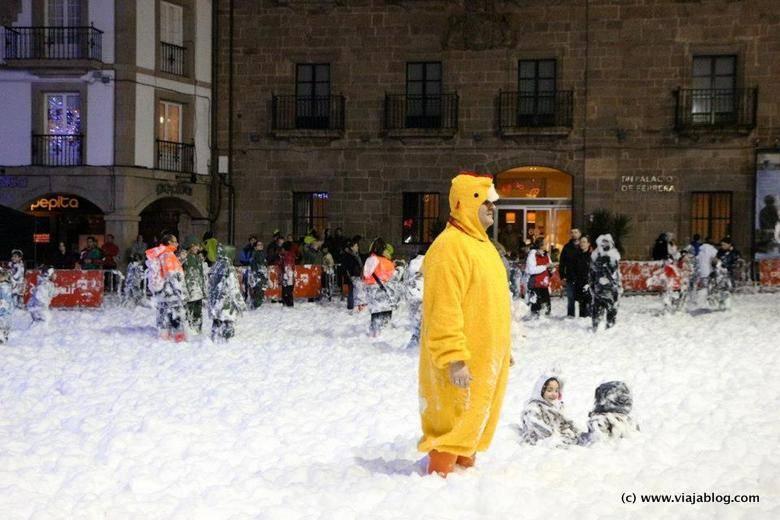 Plaza de España en Avilés cubierta de espuma en carnaval