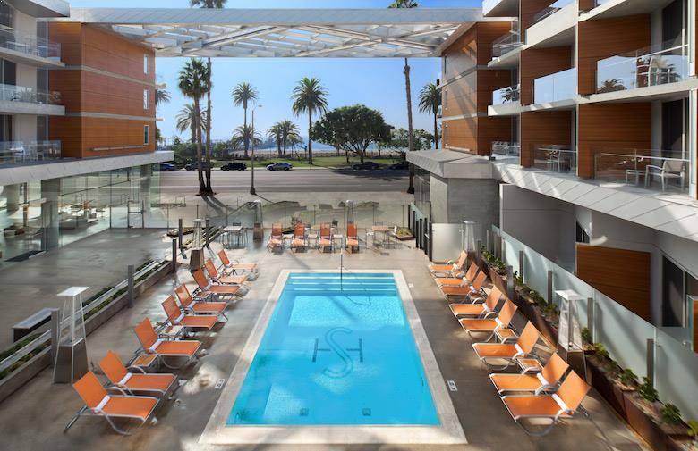 Piscina y exterior del Shore Hotel en Santa Monica