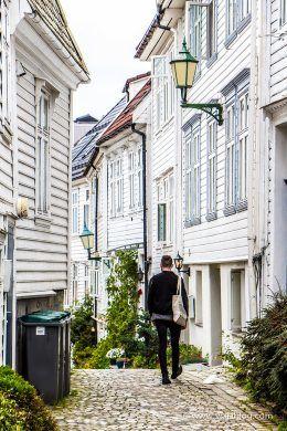 Callejuelas cerca de Bryggen, Bergen, Noruega
