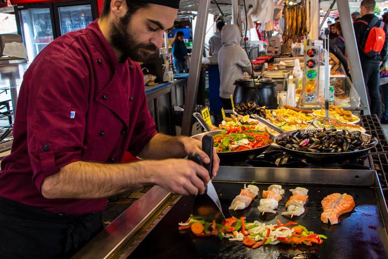Cocinando en el Fisketorget, el Mercado de Pescado en Bergen, Noruega