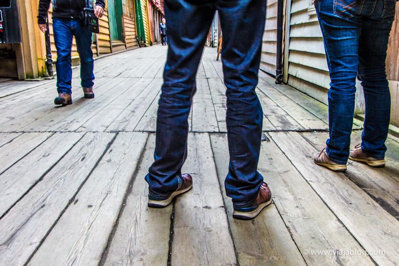 Suelo de madera en Bryggen, Bergen, Noruega