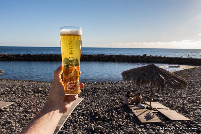 Cerveza y playa de callaos, Ponta do Sol, Isla de Madeira