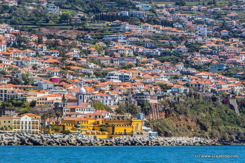 Esa mancha mostaza es el Fuerte São Tiago, Funchal, Isla de Madeira