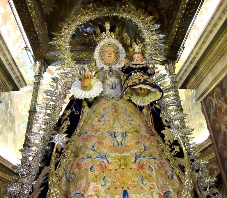Patrona de Utrera en su altar