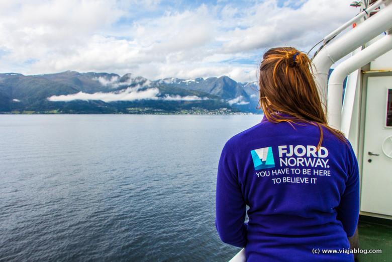 En ferri por Fiordos Noruega