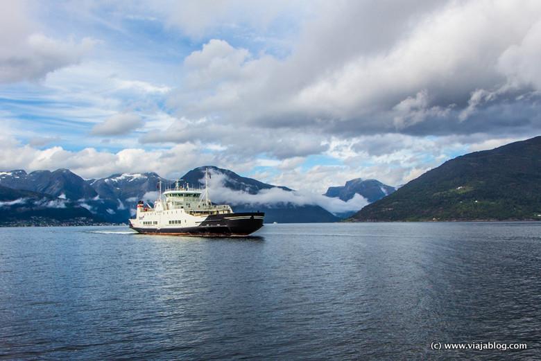 Ferri en los Fiordos Noruegos