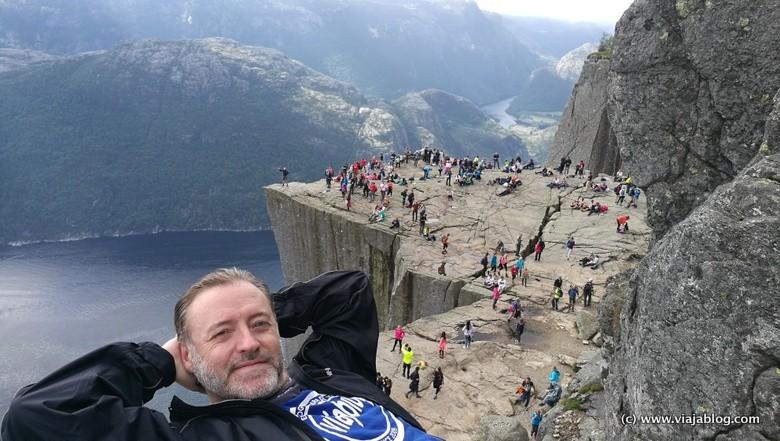 Satisfacción tras subir al Preikestolen (Púlpito), Noruega