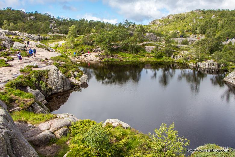 Pequeño lago en los Fiordos de Noruega durante la ascensión al Preikestolen