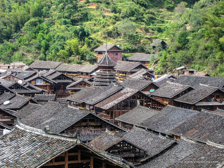 Torre del Tambor asomando entre los tejados, Zhaoxing, China