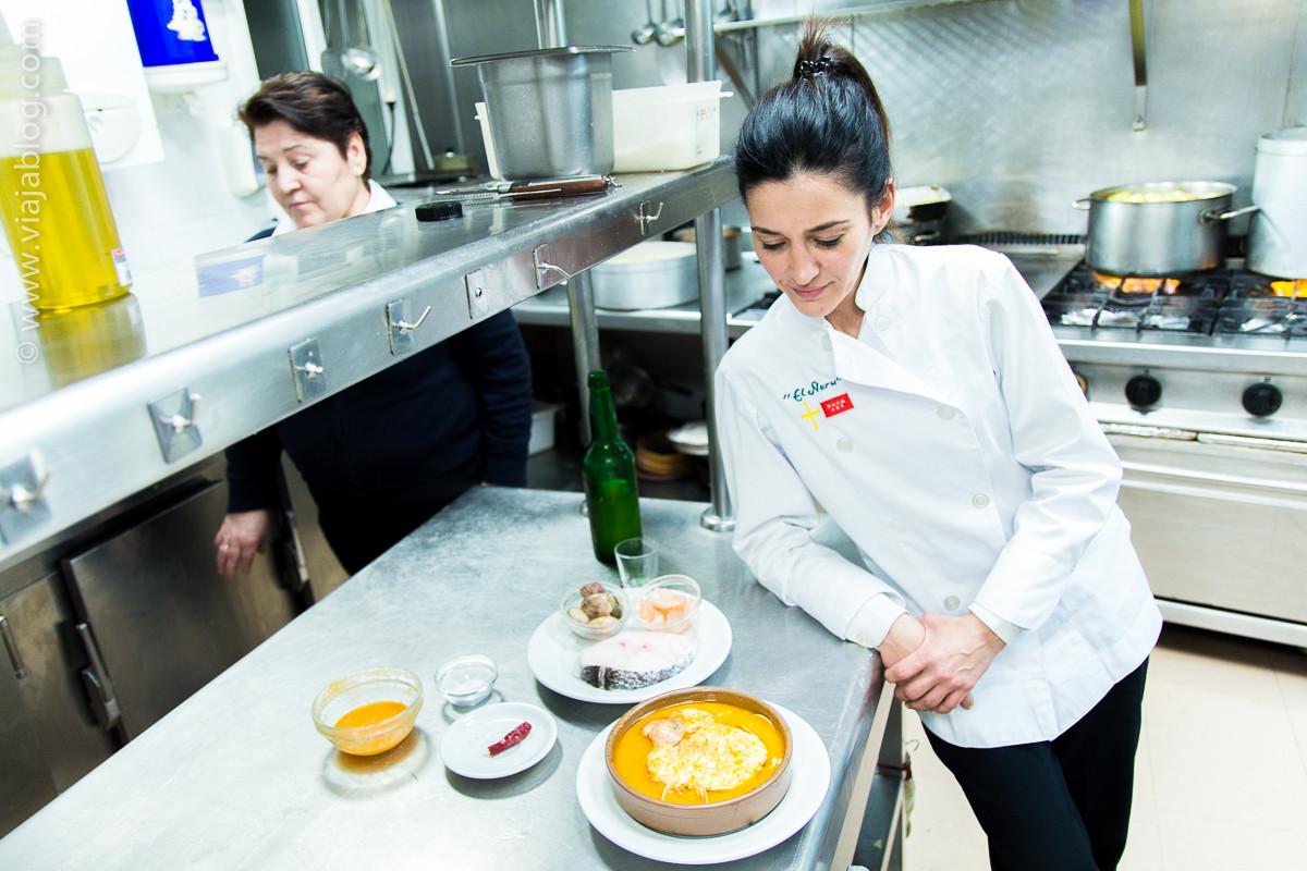Vanesa Caso y la merluza a la sidra del Restaurante Asturiano Sidrería El Ñeru en Madrid