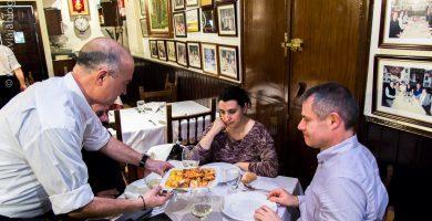 Cenando en Restaurante Asturiano Sidrería El Ñeru en Madrid