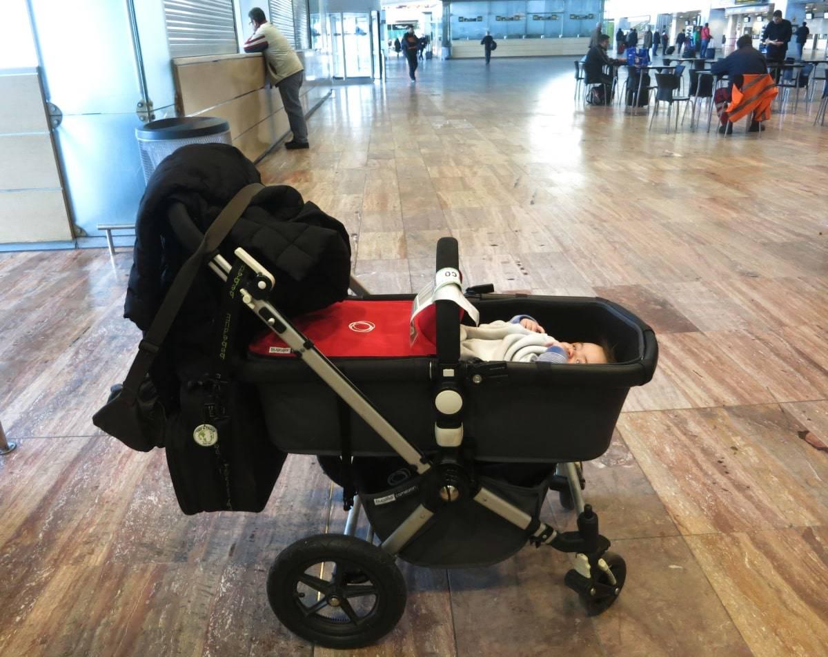 f46e95f31 Carro de bebé Bugaboo. Ambas partes se pueden llevar directamente hasta la  puerta del avión
