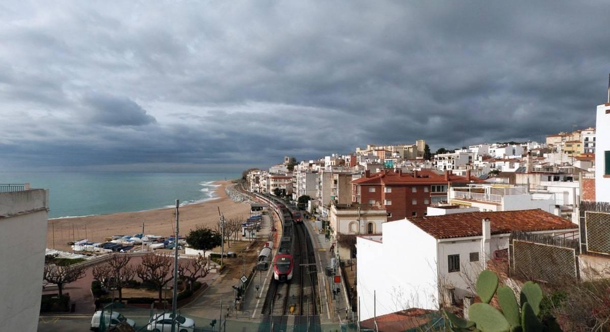playa Sant Pol tren Barcelona