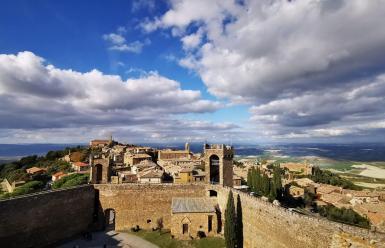 Montalcino, la fortificada cuna medieval del vino Brunello en la Toscana