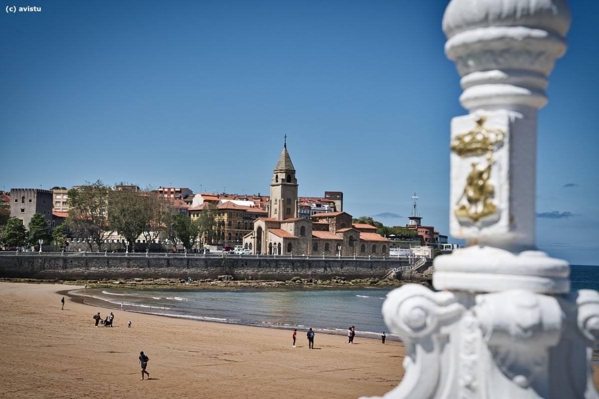Iglesia de San Pedro y Playa de San Lorenzo, Gijón, Asturias