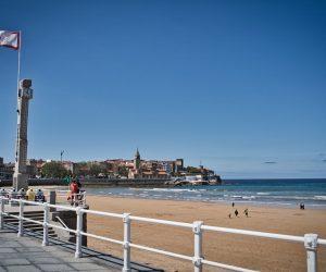 Playa de San Lorenzo con la Iglesia de San Pedro al fondo (Gijón, Asturias)