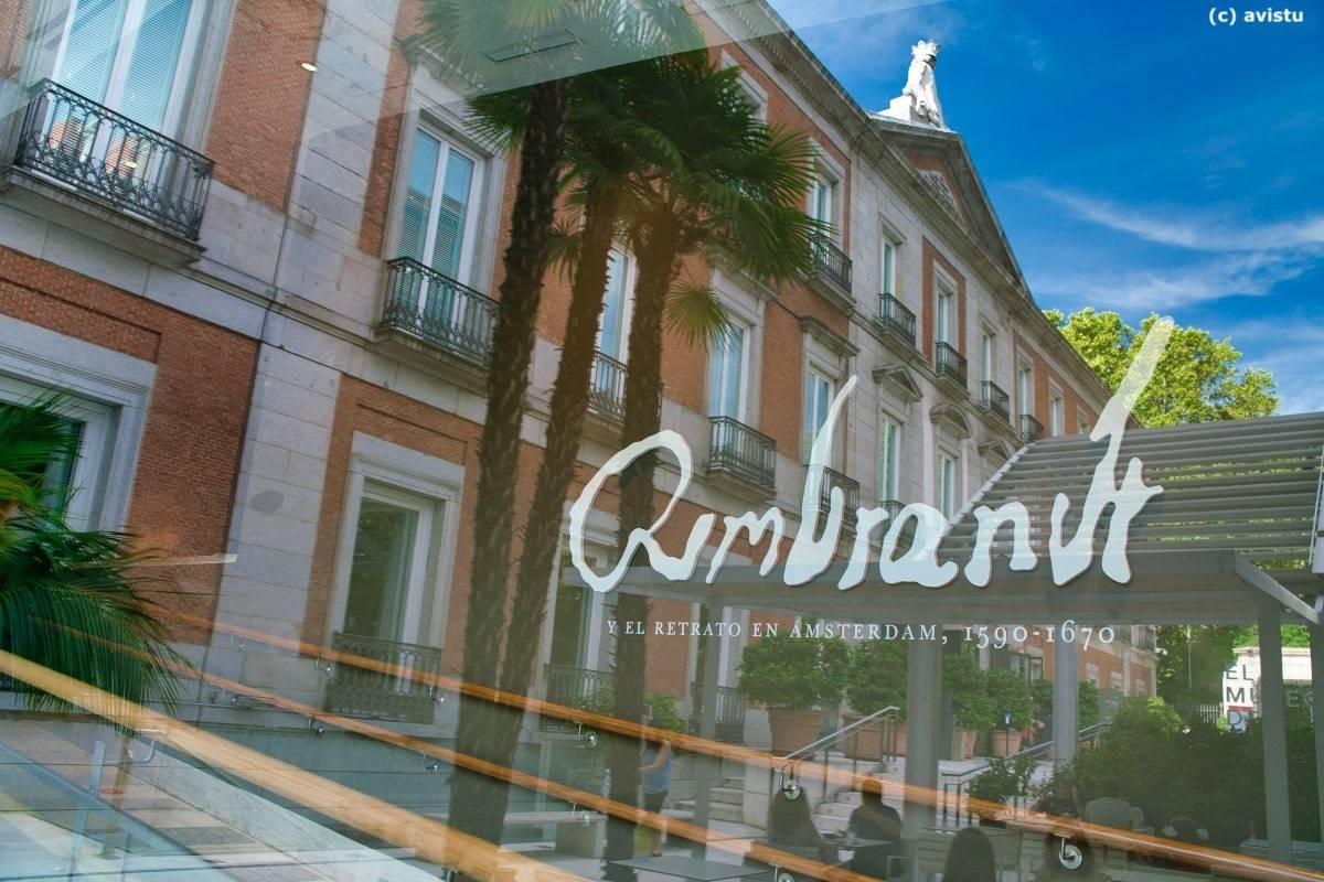 El Palacio de Villahermosa reflejado en una cristalera de la cafetería del Museo Thyssen Bornemisza