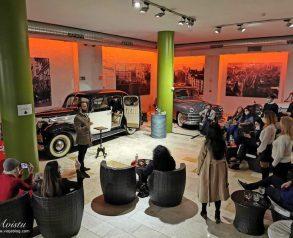 Planes en Madrid: un espectáculo mentalista entre coches clásicos junto al Palacio Real