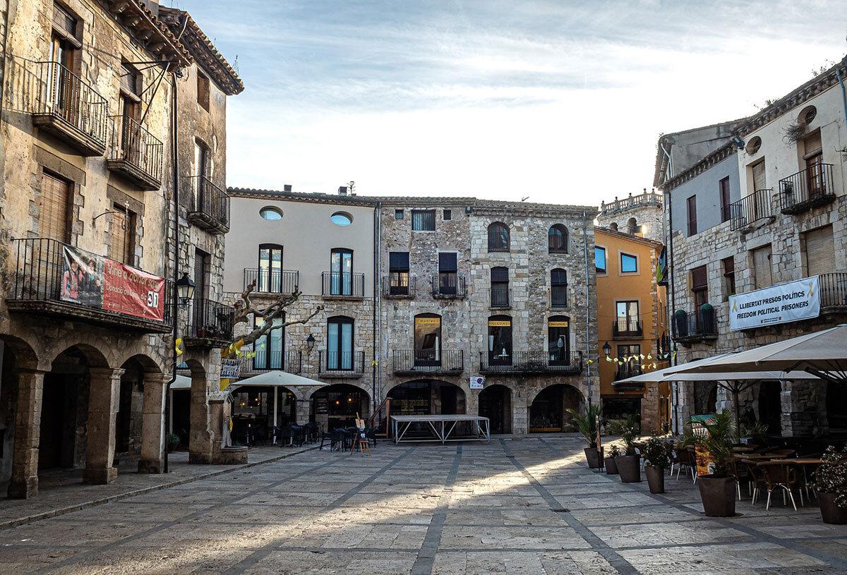 plaza mayor besalu
