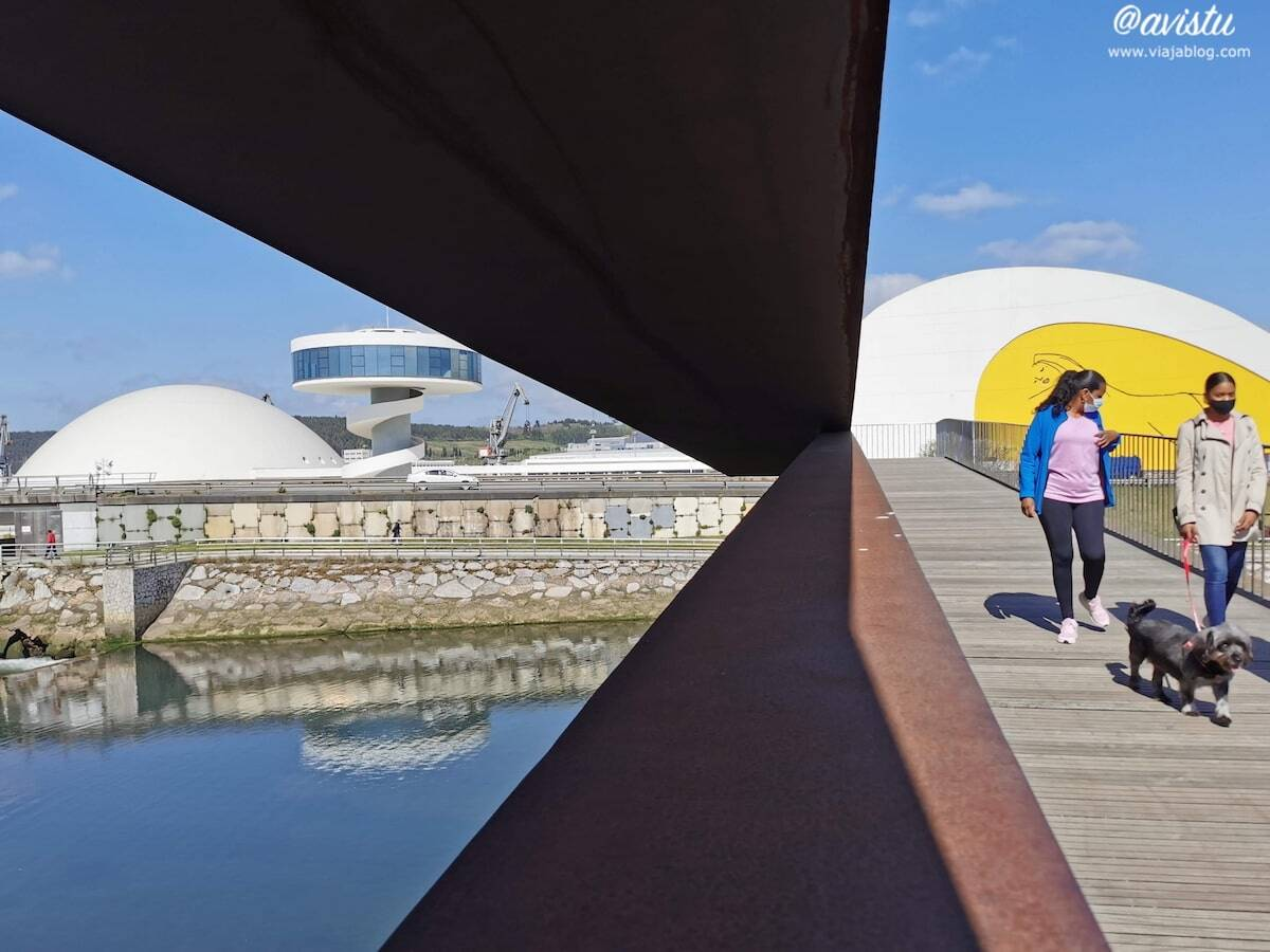 Centro Niemeyer desde pasarela peatonal