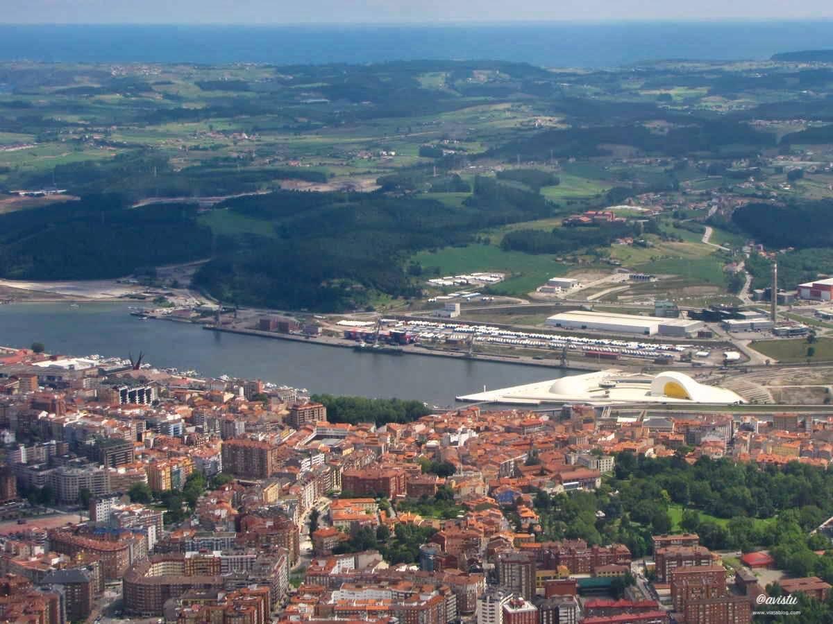 Centro Niemeyer y Avilés desde el aire
