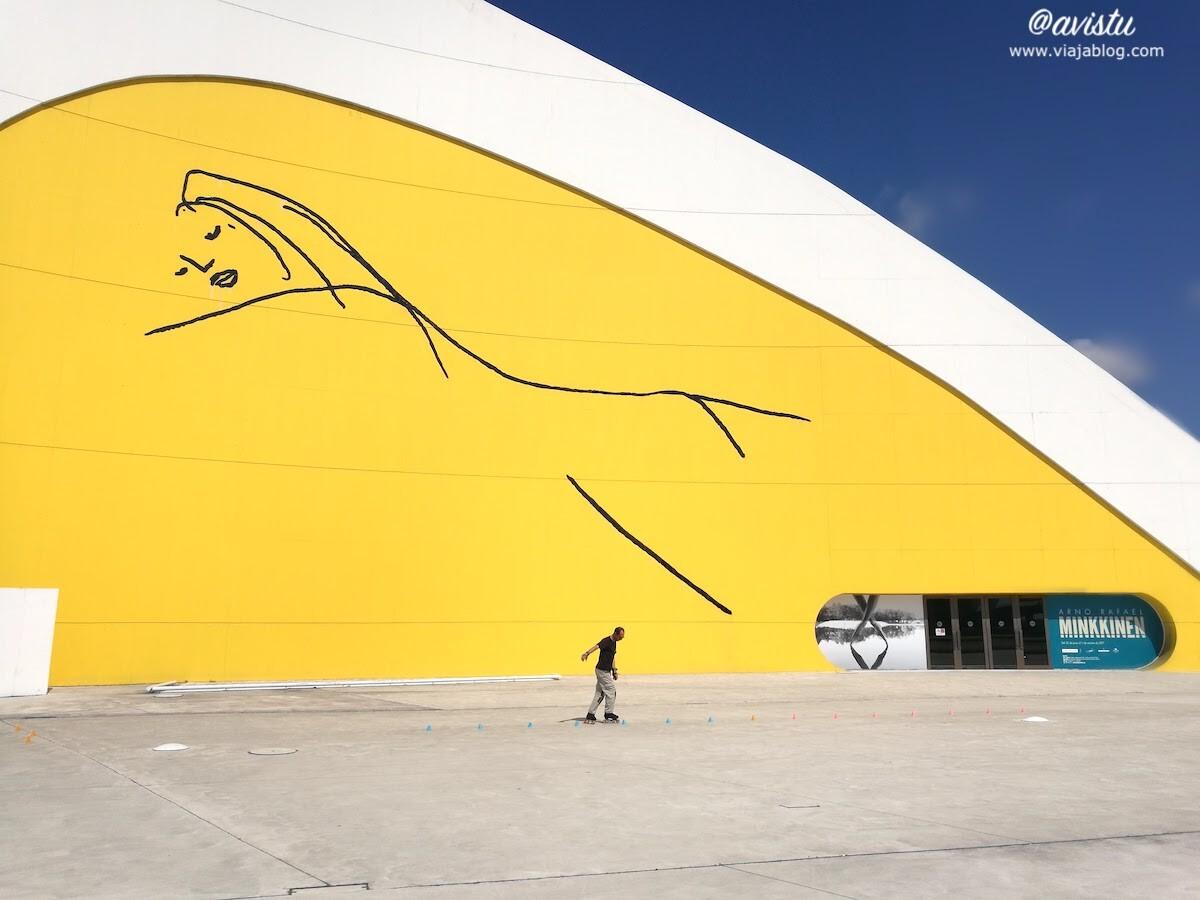 Patinando junto al Auditorio del Centro Niemeyer