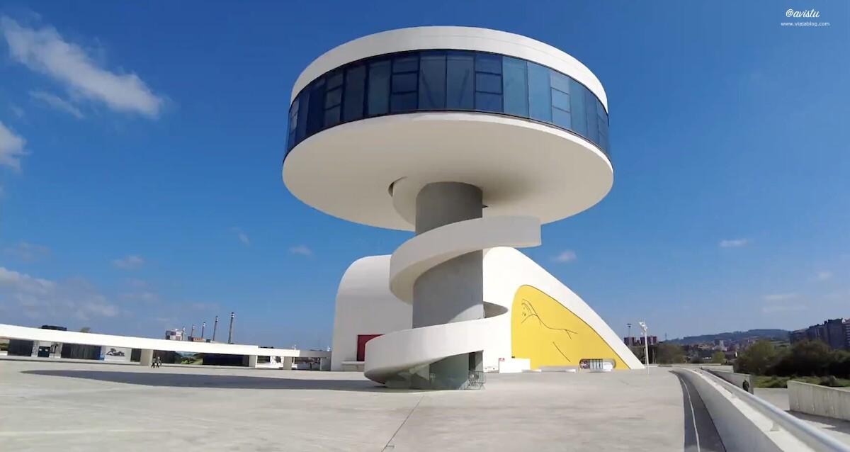 Plaza del Niemeyer con la Torre en primer plano
