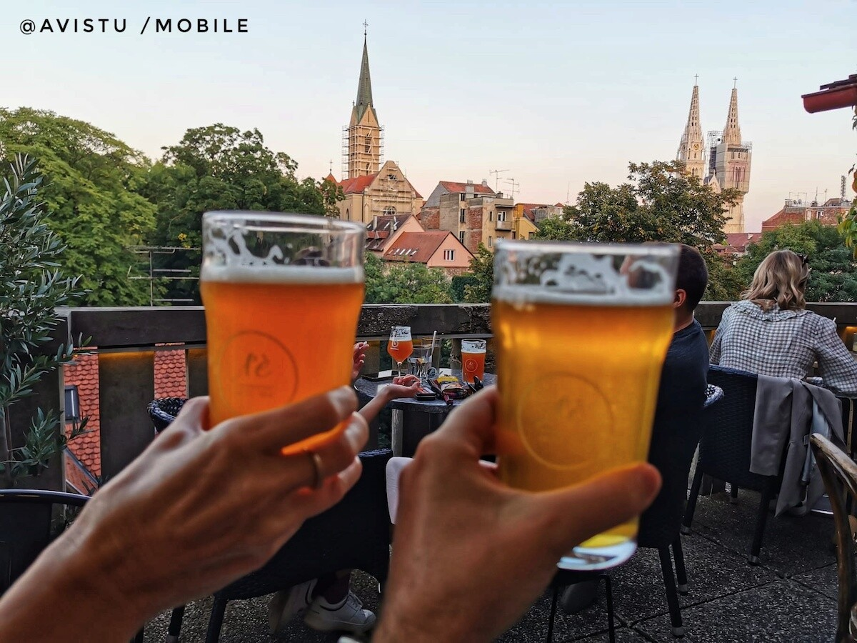 Cervezas en el Cafee Bar Ae en Zagreb, Croacia