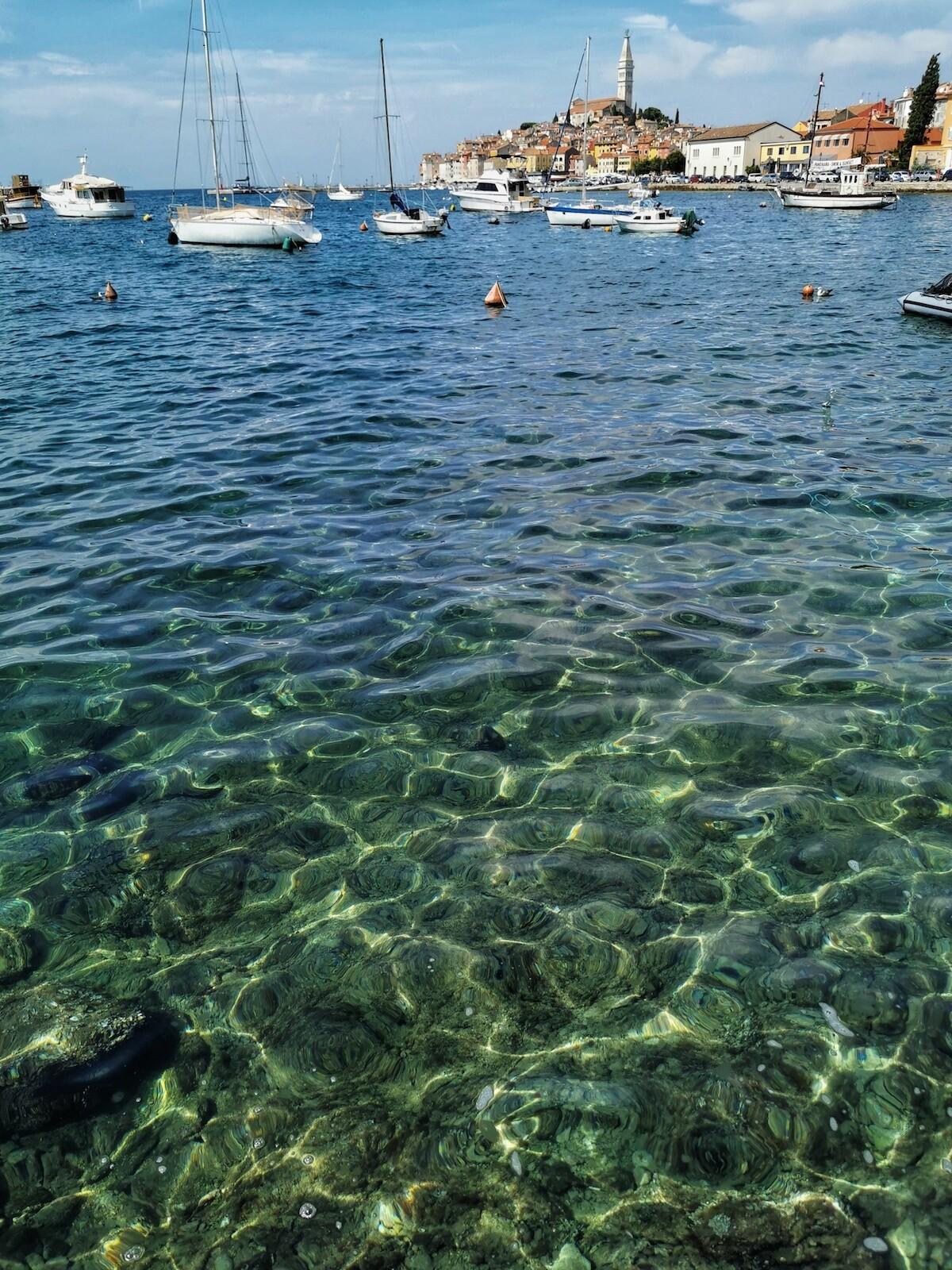 Transparentes aguas del Mar Adriático en Rovijn en Croacia