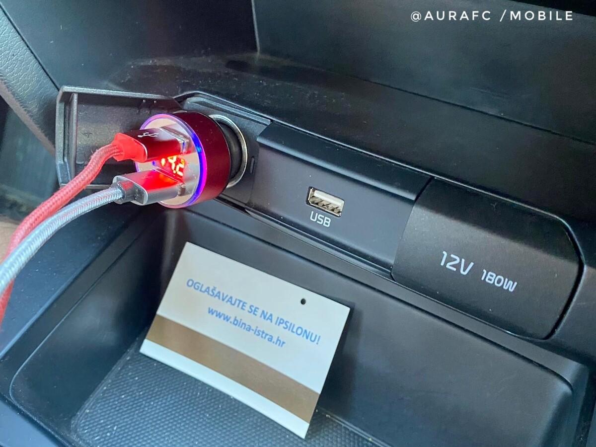 USB doble de mechero en nuestro coche de alquiler en Croacia