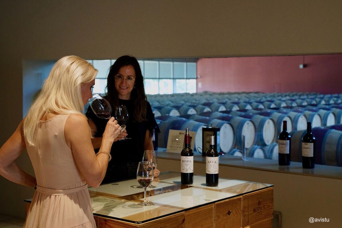 Cata de vino en Bodegas Roda, La Rioja