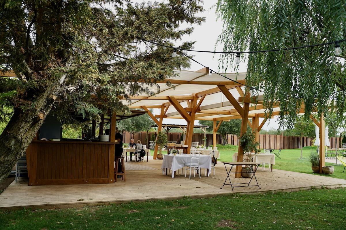 El amplio Jardín de las Carpas del Chef Nino en Calahorra en La Rioja