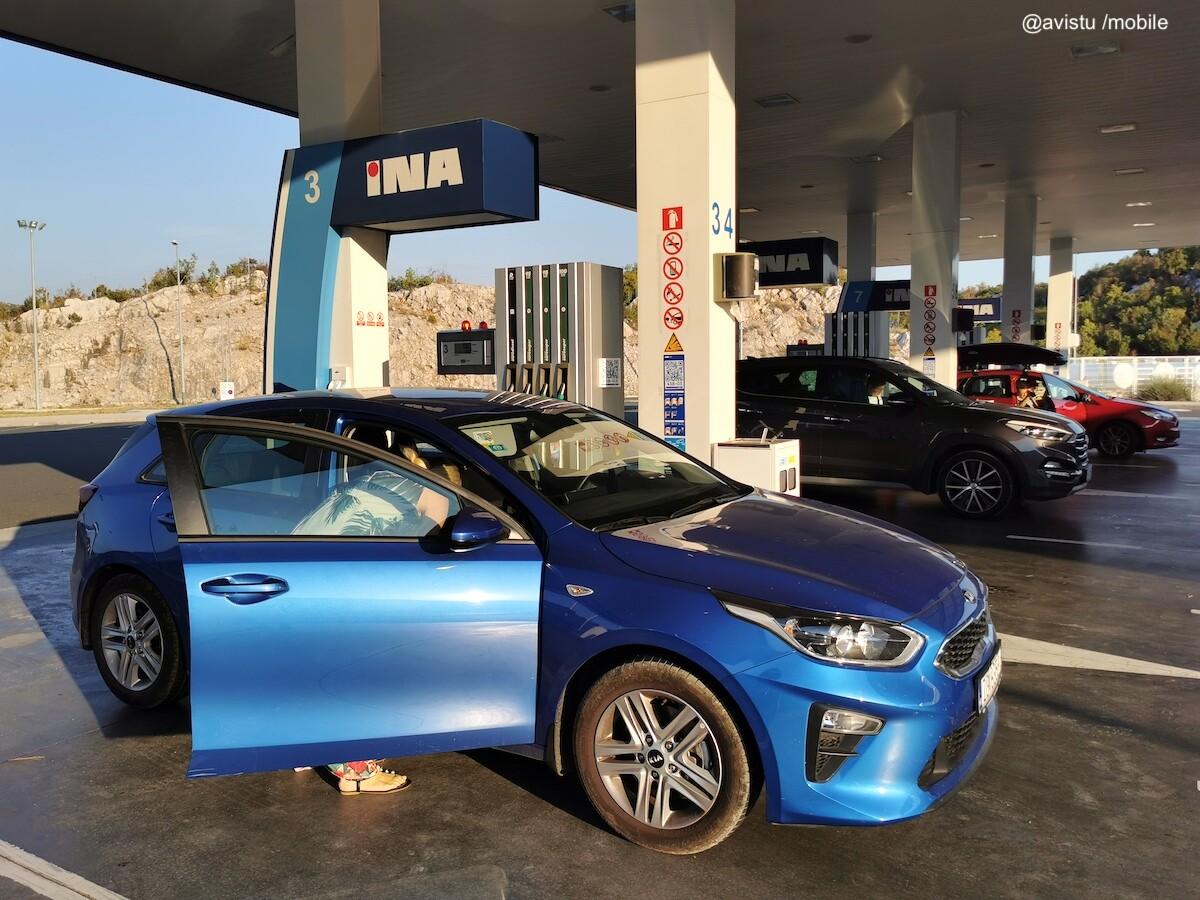 Nuestro coche de alquiler en una gasolinera en Croacia
