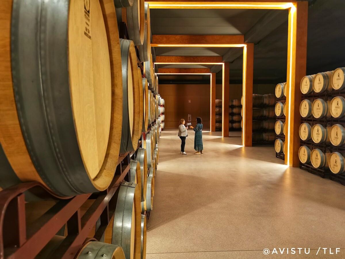 Una de las salas de barricas de la Bodega Marqués de Reinosa en La Rioja
